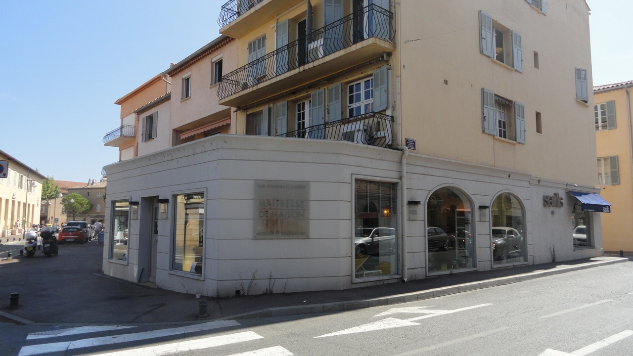 Saint-Tropez – Ref C1000 – Spacious corner shop